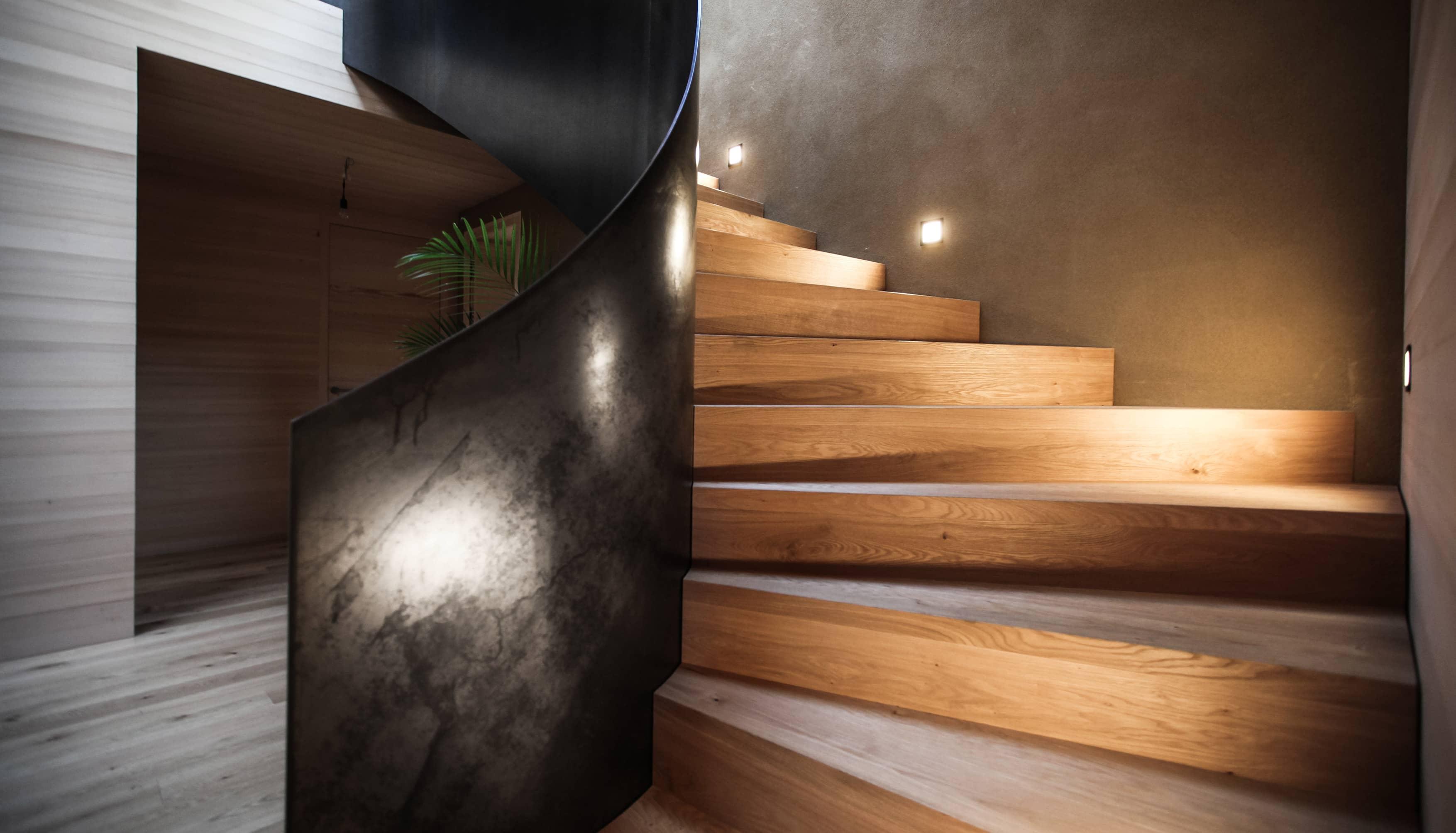 treppe-schwarzstahl-holz
